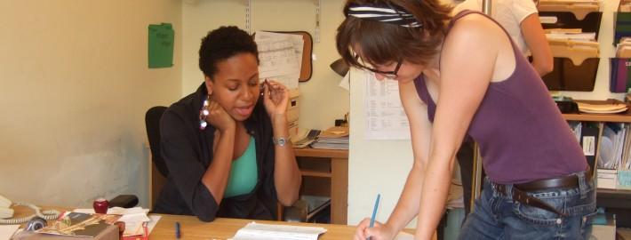Bénévole Càd consulte le personnel / HAS volunteer consulting a staff person